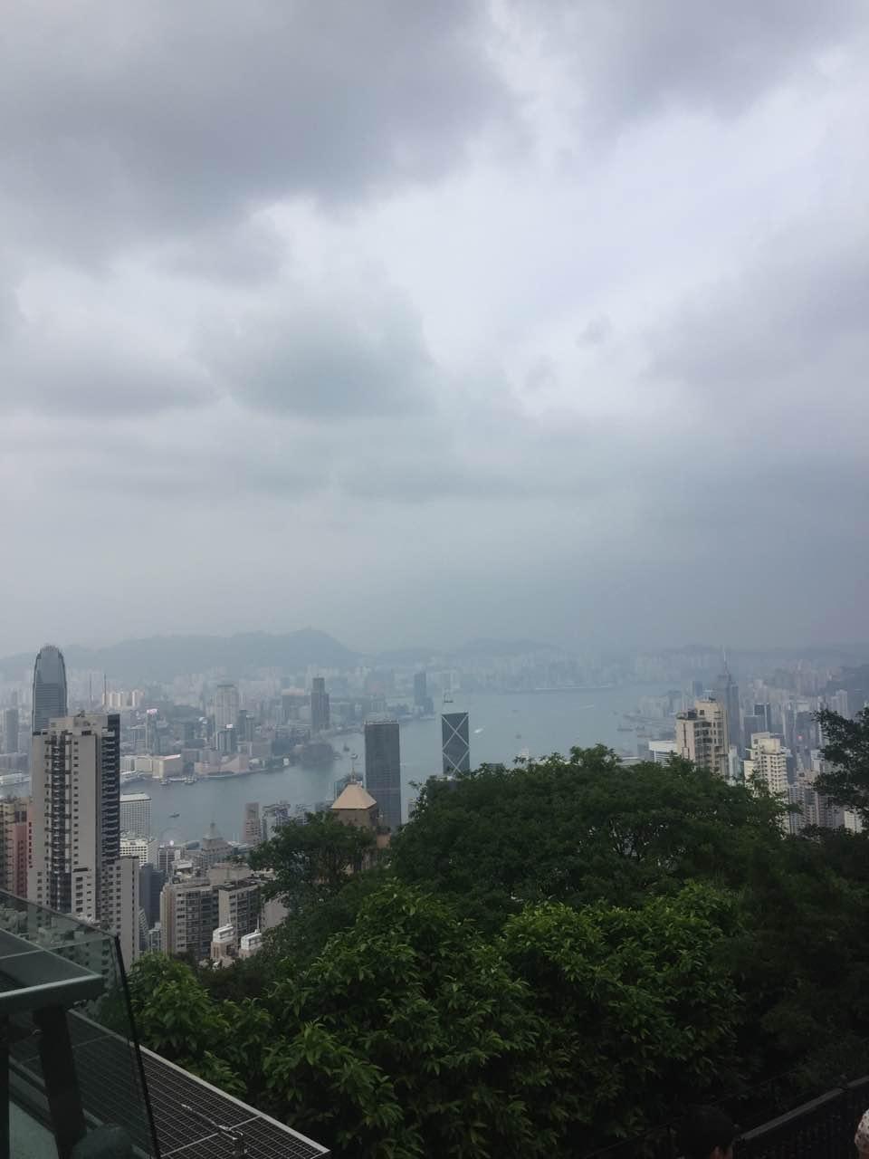 在杜莎夫人蜡像馆处俯视香港